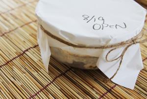 初めての味噌作り。出してみると、周囲に白カビが・・