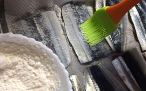 「さんまの蒲焼き」小麦粉はハケでつけられますよ~