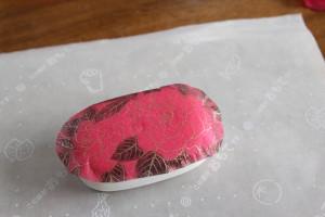 デコパージュ石鹸:ナプキンに皺が寄らないように定着させます。