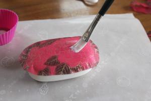 デコパージュ石鹸:もう一度ナプキンの上から専用のり。