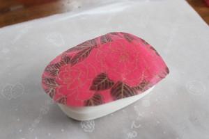 デコパージュ石鹸:のりの上に紙ナプキンをのせます。