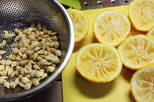 「ゆず茶作り」果汁・種・皮に分けました。