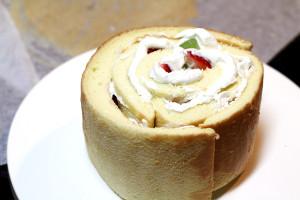 ロールケーキ生地で、ホールケーキ♪ 巻いた断面が上に来るようにして・・
