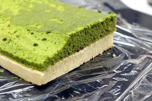 2色のロールケーキ生地で「北海道新幹線ケーキ」☆抹茶生地の端を、くびれるような斜めにカット♪