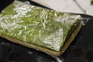 2色のロールケーキ生地で「北海道新幹線ケーキ」☆ラップに包んで、ひとやすみ。