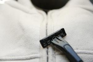 余っていたアメニティのT字カミソリ、衣類の毛玉取りに使えるか検証~ 2