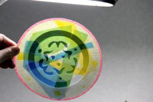低学年の自由研究に★紙皿とカラーセロファンで、ステンドグラスのような飾り♪ その11